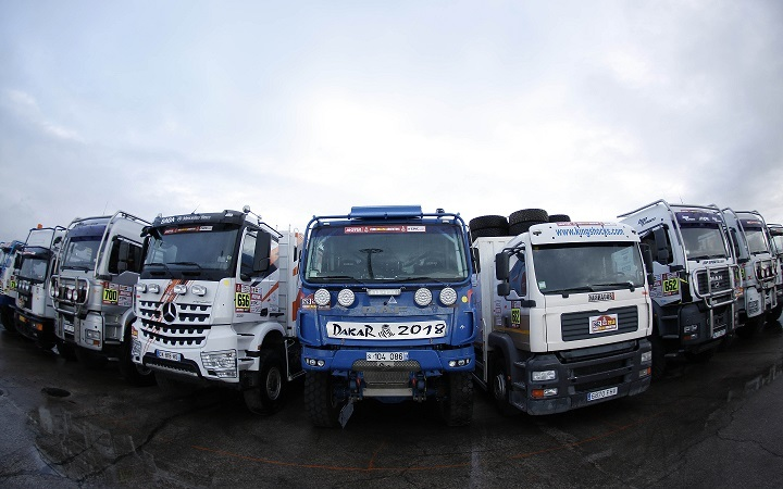 Camiones de asistencia de equipos europeos en el puerto de Le Havre, a la espera de las verificaciones para el Dakar 2018. Foto: ASO.