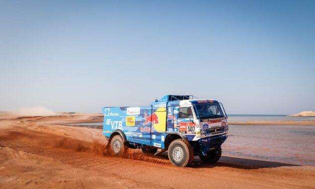 Dmitry Sotnikov logra su primer título de Dakar, con tres Kamaz en el podio