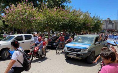 Una multitudinaria caravana recibió a Manuel Andújar en Lobos