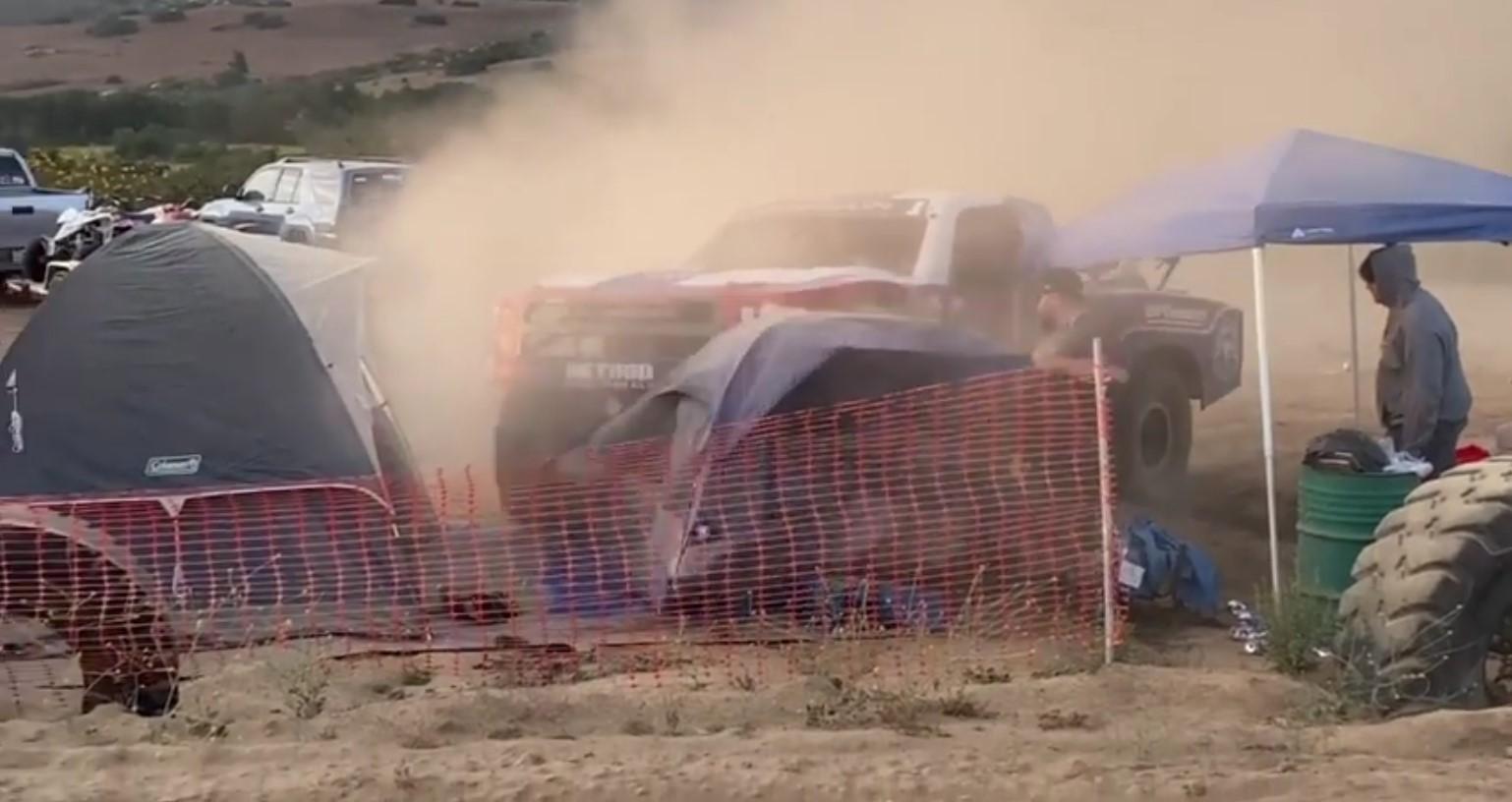 Terroríficas imágenes de un competidor arrollando tiendas en la Baja 500 2021